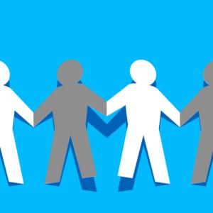 """Logo rubrique """"santé et bien-être"""" avec des petits bonshommes gris et plan se tenant par la main"""
